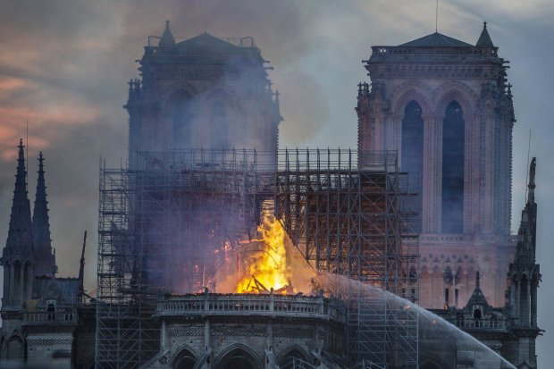 Пожежа в Нотр-Дам-де-Парі
