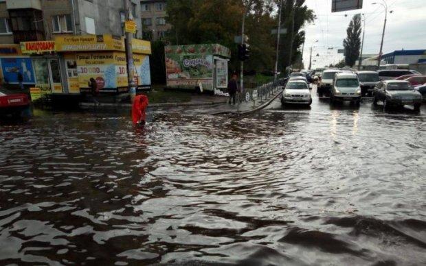 В Киеве рухнул мост: видео