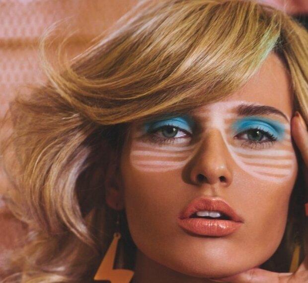 сліди фігурних сонцезахисних окулярів на обличчі моделі, фото: Vogue