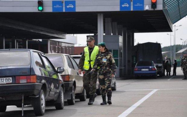 Паніка на кордоні: натовпи заробітчан рвуться до України