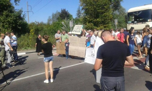 Грибовицьке звалище залишило львів'ян без дороги (ФОТО)