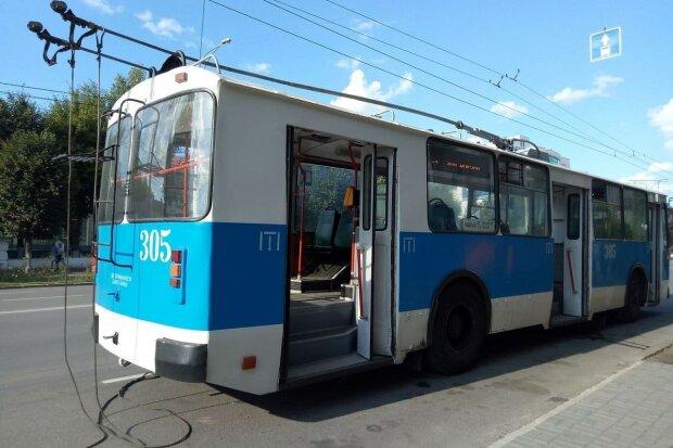 У Вінниці зупинилися тролейбуси, десятки людей чекають на поліцію: що відбувається