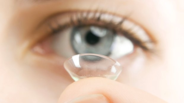 Вчені запропонували лікувати травми очей контактними лінзами