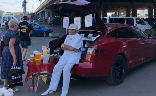 Пенсионер продает мед на Tesla, фото телеграм-каналУКРАЇНЕР News