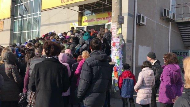 Розбите скло, відкриті рани і злий натовп: зубожілі українці взяли штурмом дешеві речі