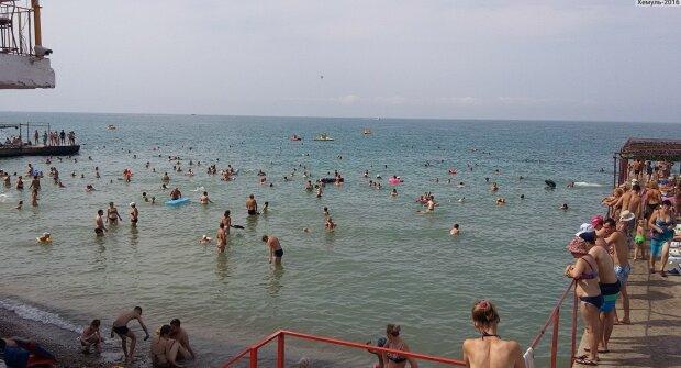 """В Одесі раптово почорніло море, навіть риби """"пакують валізи"""": кадри жаху"""