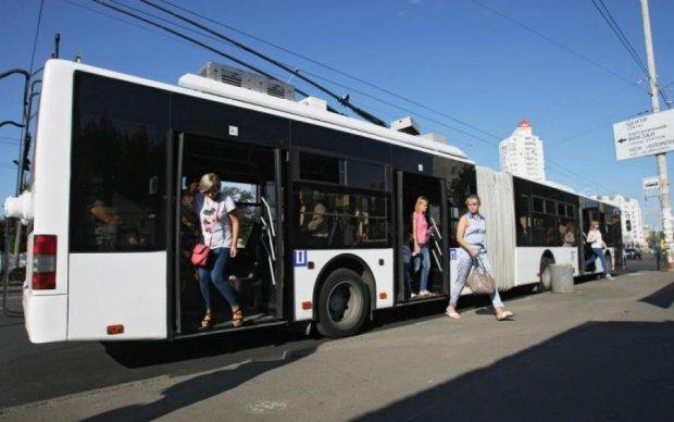 Неизвестные обстреляли троллейбус в Киеве: соцсети в ярости