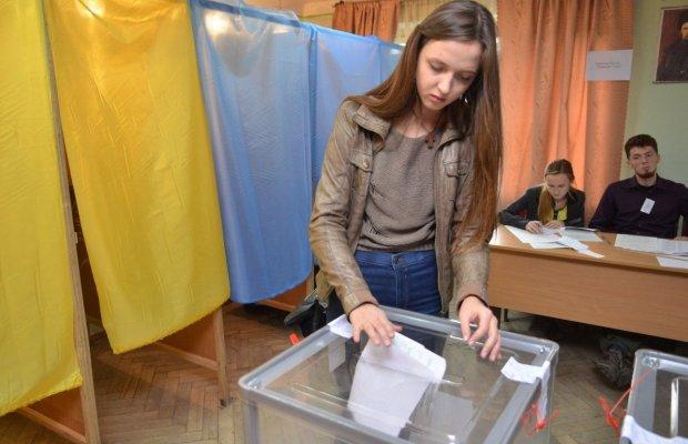 """Кияни кидають монетки"""" просто перед дільницями: за кого голосувати - вирішить орел або решка"""