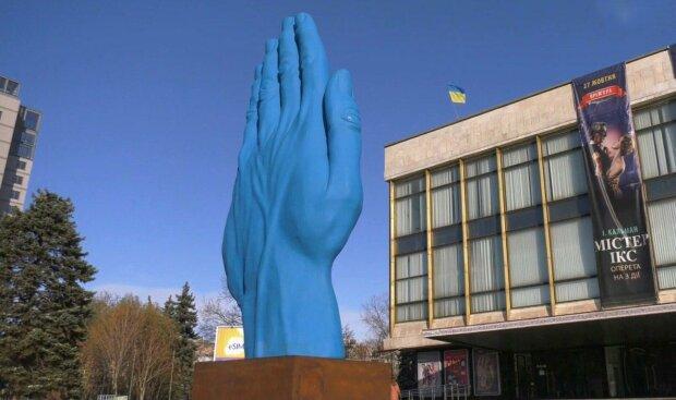 В Днепре вандалы изуродовали скандальный памятник - на синей руке появилась надпись, которую нельзя читать детям