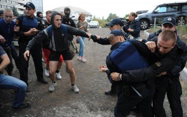 Кучма побил активиста: в сети показали видео эпической схватки
