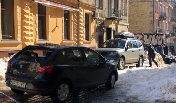 Крижана брила пошкодила авто, скрінщот із відео