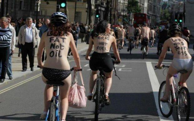 Велосипедистки в костюмах Евы заполнили центр Лондона