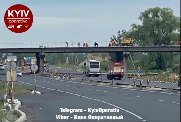 """Під Києвом комунальники почали ремонт на мосту, але забули його перекрити: """"Чому водії повинні страждати?"""""""