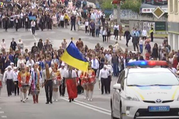 Тернопільська школярка готується встановити рекорд на випускному - шлейф сто метрів, як наречена