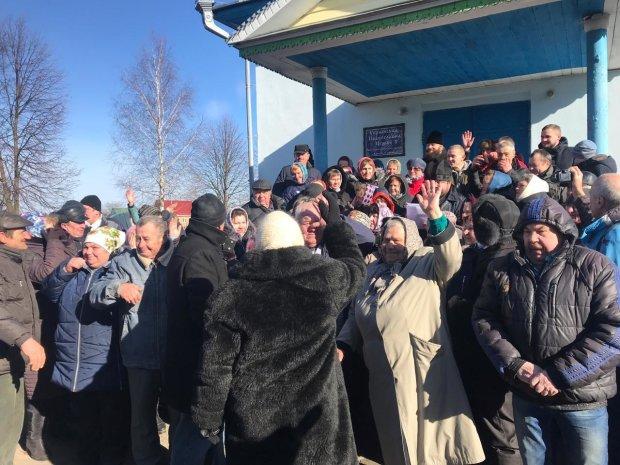 На Рівненщині священика Московського патріархату вигнали з храму разом із парафіянами: відео