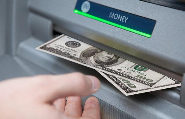 Обмен валют в банкомате: как работает система и выгодно ли это украинцам