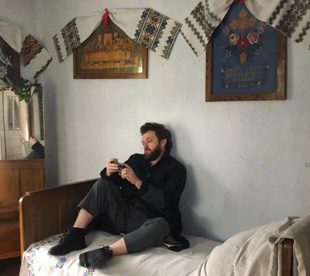 """Dzidzio показав фанатам хату в рідному селі, надихаючі кадри - """"Ікони, рушник та бабусина перина"""""""