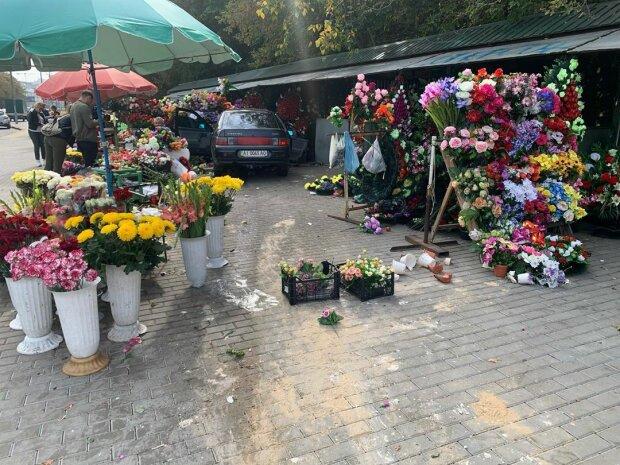 """Моторошна ДТП біля Байкового кладовища перелякала киян, летів мов шалений: """"Море квітів"""""""