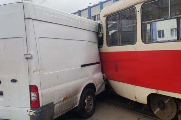 """В Киеве на Троещине трамвай """"подмял"""" под себя микроавтобус: никто никуда не едет"""