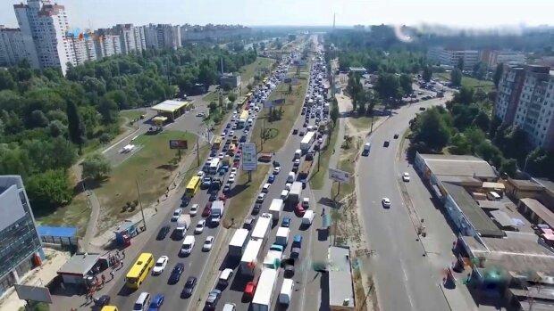 Водители теряют в пробках миллиарды гривен, фото: скриншот из видео
