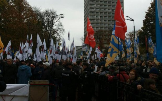Активісти оточили резиденцію Порошенка