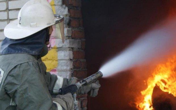 Моторошна пожежа в Москві: горить військова частина, всередині залишилися люди