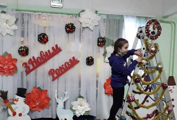 Школьники отметились оригинальностью, украшая новогоднюю елку — нарядили лестницу