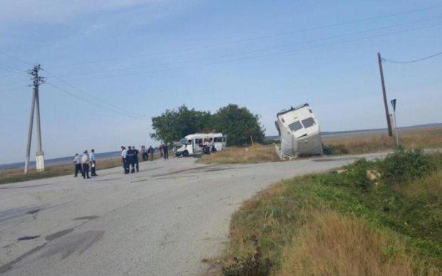 Пасажирський автобус перекинувся на Буковині: моторошні фото