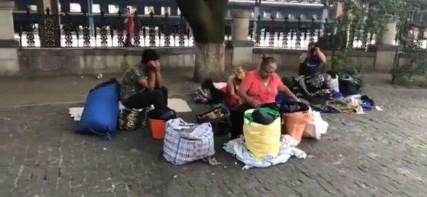 У Києві нахабні злодійки ромської національності поцупили у жінки паспорт: ржуть на камеру