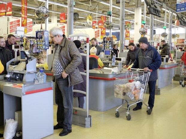 "Днепрянка впарила в супермаркете ""липового"" Сковороду, ""сама рисовала"": афера попала на камеру"
