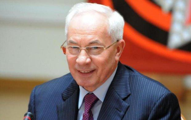 """Азаров рассекретил хунту, американские спецслужбы и одного """"дебила"""""""