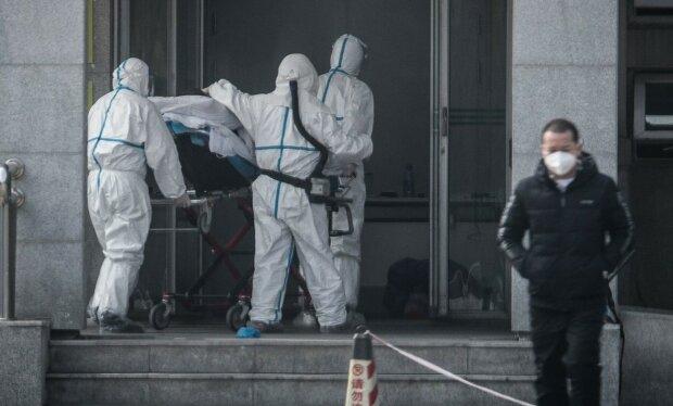 Коронавірус в Китаї косить людей просто на вулиці, падають за секунду: страхітливі кадри з епіцентру зараження