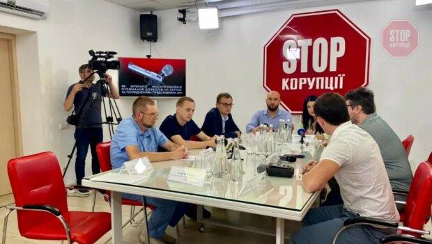 До чиїх рук потрапляють журналістські посвідчення та зброя: у Києві обговорили проблематику фейкових медійників