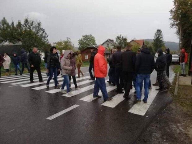 """Тут """"давав жару"""" священик: популярну дорогу під Львовом перекрив розлючений натовп, замішані мільйони"""