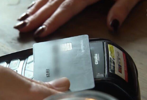 """Українців хочуть позбавити безкоштовних банківських карток: """"Пластик коштує грошей"""""""