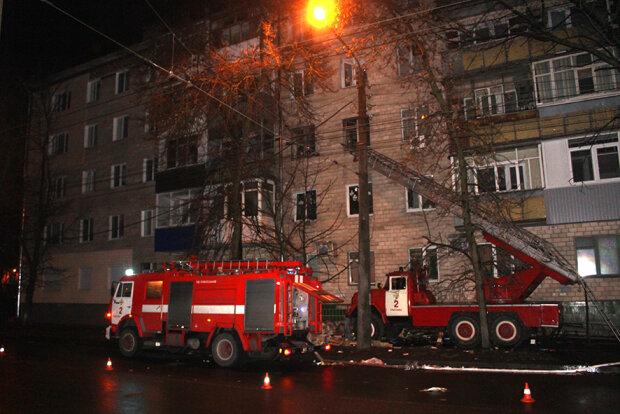 """Пожежі охопили будинку у Львові, вогонь """"зжер"""" нажите десятиліттями: подробиці і кадри"""