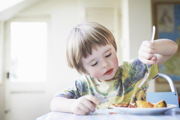 Последствия могут быть страшными: 7 продуктов, которые категорически нельзя давать детям