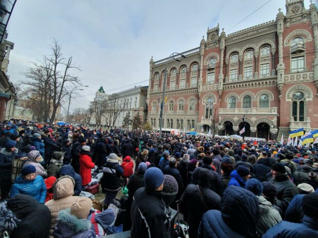 Сотні мітингувальників увірвалися в будівлю НБУ, вимагаючи відставки Смолія та Рожкової: відео