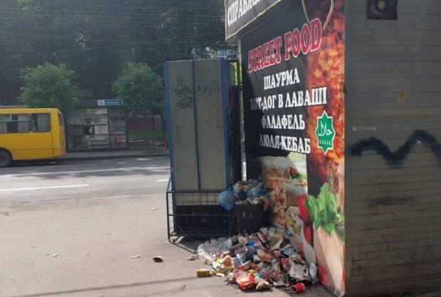 Украинцы жалуются на кучи мусора возле киоска с шаурмой: даже крысы брезгуют