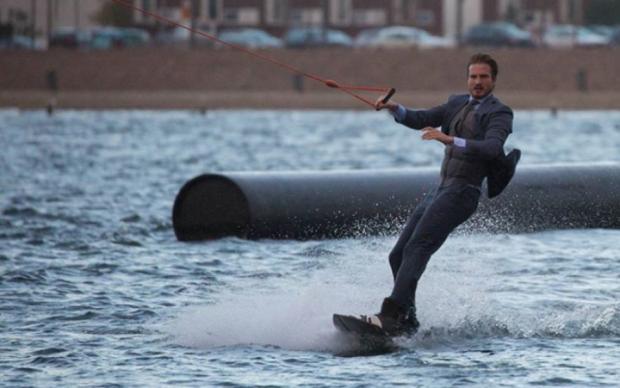 Серфінг у смокінгу: гарячий вчитель математики став улюбленцем мережі