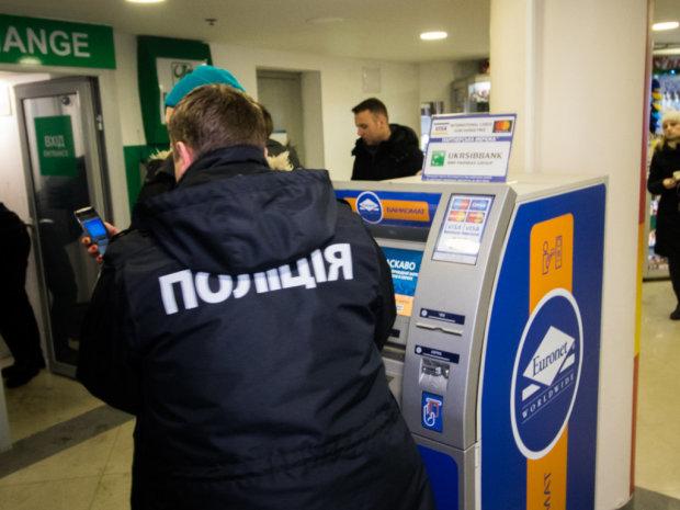 У мережі показали нову схему шахраїв біля банкомату: начебто гроші є, а ніби й немає