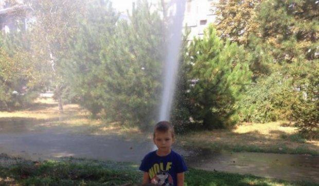 """Через аварію на водопроводі в центрі Маріуполя з'явився """"фонтан"""" (фото)"""