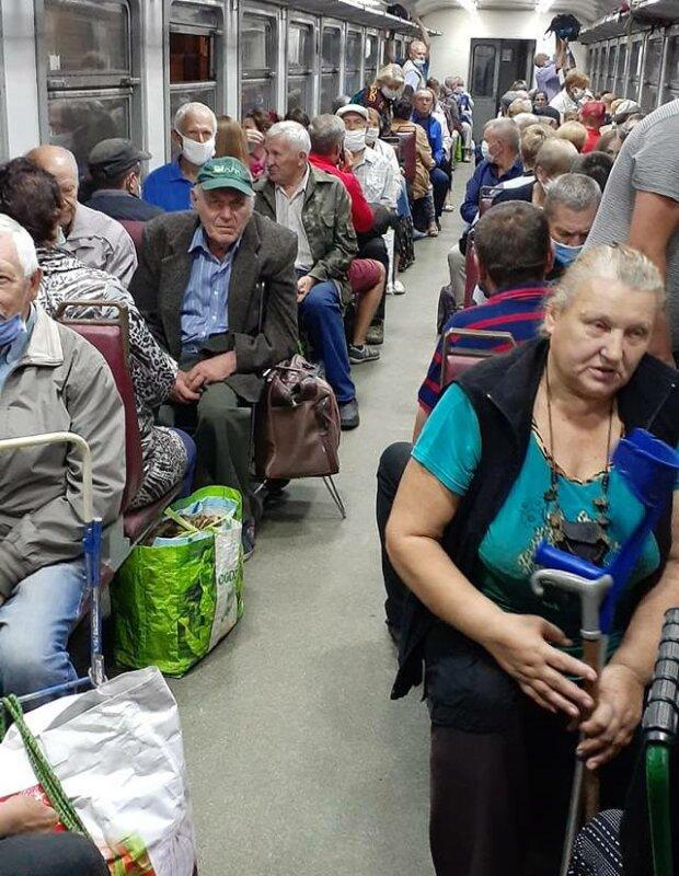 """На Тернопольщине засекли нарушителей карантина – полная электричка """"голых"""" и веселых"""