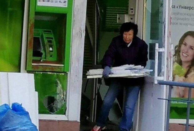 Зловмисники підірвали ПриватБанк у Києві: рознесло на друзки, гроші дивом не винесли