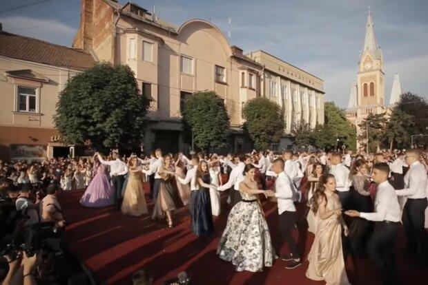 В Мукачево затанцуют вальс 42 пары выпускников, скриншот