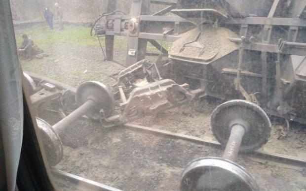 На Донеччині вантажний потяг пішов під укіс