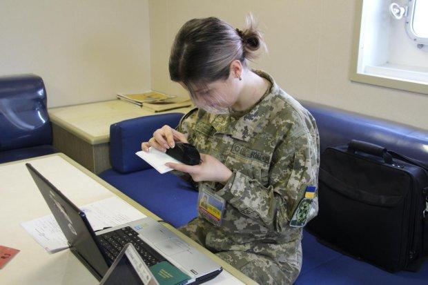 Излучение и экспертные тренинги: пограничники показали, как распознать фальшивый паспорт