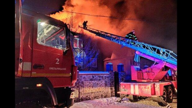 """В Хмельницком разгорелся масштабный пожар, огонь пожирал метр за метром: """"Спасателям вход закрыт!"""""""