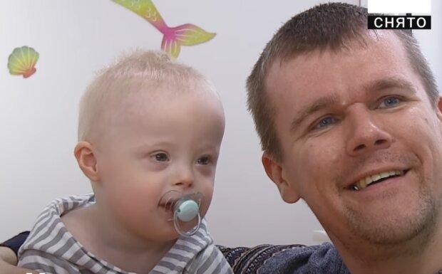 """Отец растит ребенка с синдромом Дауна, даже любящим мамам не по плечу: """"Я с тобой, сыночек"""""""