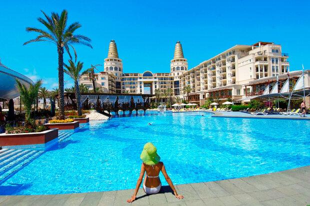 Любимый курорт украинцев станет недосягаемым: сколько придется выложить за отдых уже в 2020 году